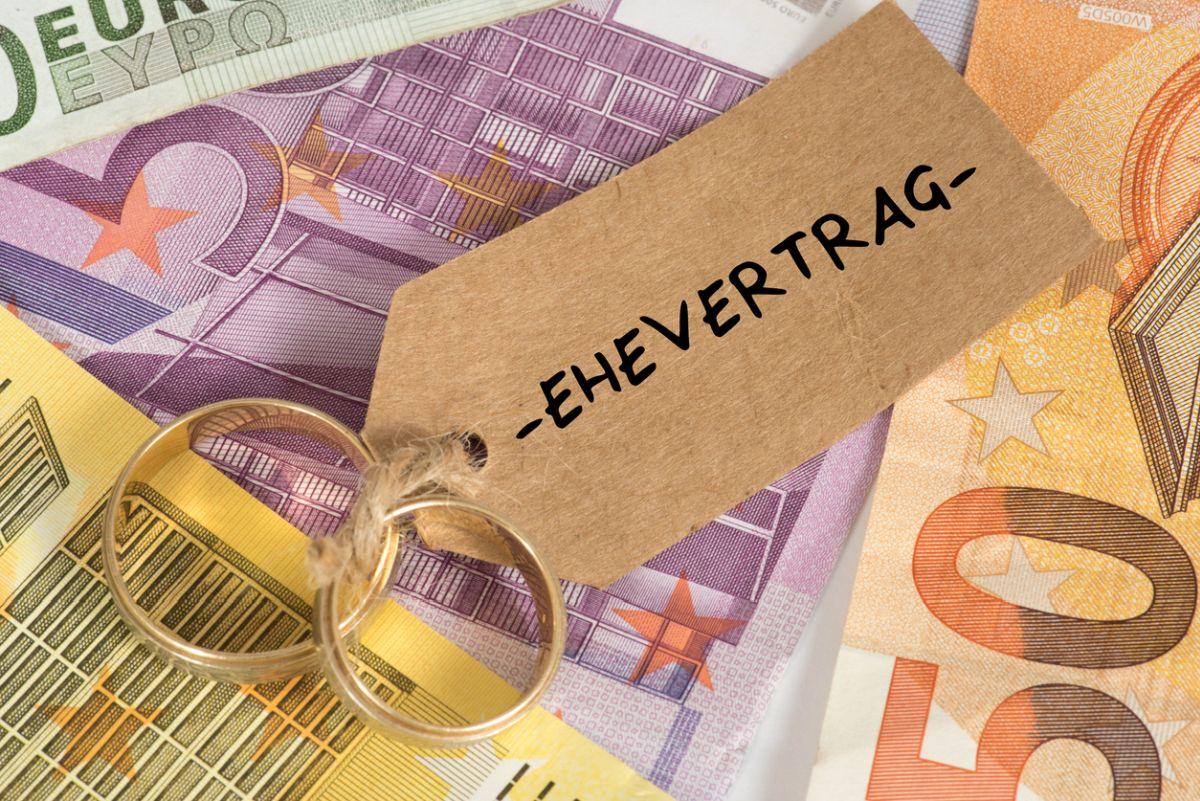 Euro Geldscheine, Eheringe und Ehevertrag